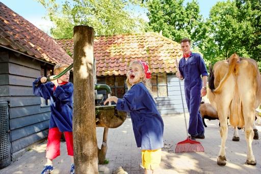 FLEISSIGE BAUERN: Stall ausmisten, Tiere füttern, Schafe auf die Weide bringen, als Bauern haben die Kinder viel zu tun. Neben dem Kennenlernen der wichtigsten Tätigkeiten auf einem Bauernhof ist hier auch der Kontakt mit den Tieren wichtig. Bild: Center Parcs