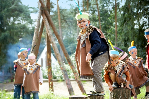 INDIANER AUF DER PIRSCH: Mit Schminke, Federschmuck und schöner Kleidung werden die Kleinen ganz schnell zu Indianern. Das Lager hat natürlich einen Wigwam. Die Kinder lernen den richtigen Umgang mit Pfeil und Bogen, pirschen durch den Ferienpark und später am wärmenden Lagerfeuer gibt es leckere Marshmallows. Bild: Center Parcs