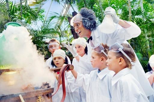 ZERSTREUTER PROFESSOR: Im Laborkittel und mit Schutzbrille helfen die Kinder einem zerstreuten Professor, damit seine Experimente glücken und werden so zu wichtigen wissenschaftlichen Assistenten. Aber natürlich kommt auch hier der Spaß nicht zu kurz! Bild: Center Parcs