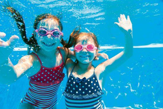 Wenn das Wetter mal nicht mitmacht, sorgen ganzjährig geöffnete Einrichtungen wie Schwimmbäder für wetterunabhängigen Urlaubsspaß. Foto: djd/Landal GreenParks GmbH