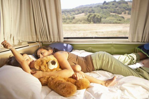 Auf den Schlafkomfort im Wohnmobil sollte man besonders großen Wert legen, um in den Ferien stets fit und ausgeruht den Tag beginnen zu können. Foto: djd/www.cowan.de/Getty