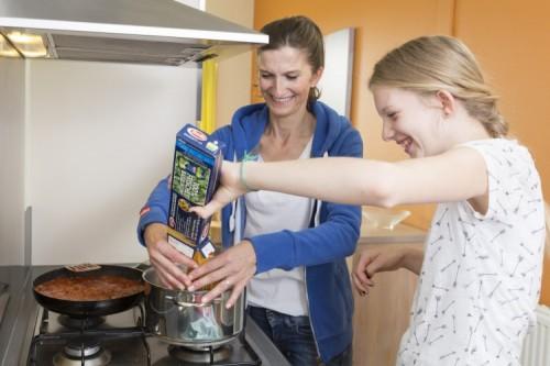 Spaghetti-Spaß: Mama und Tochter genießen die gemeinsame Zeit beim Kochen. Bild: Landal GreenParks