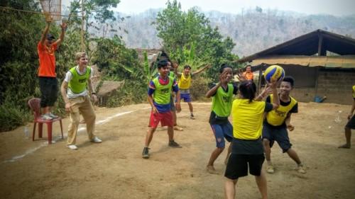 Severin Freund spielt mit Kindern in Thailand. Bild: Landal GreenParks
