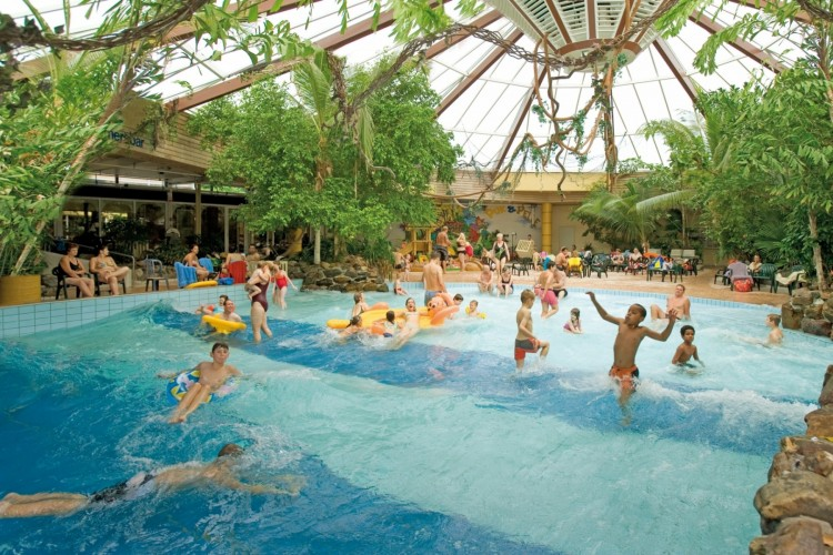 Eines der modernen subtropischen Schwimmbäder. Bild: Landal GreenParks