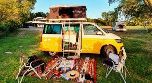 Die umgebauten Kleintransporter bieten Platz für alles, was man für einen echten Campingurlaub braucht. Bild: www.camper4u.de / roadsurfer